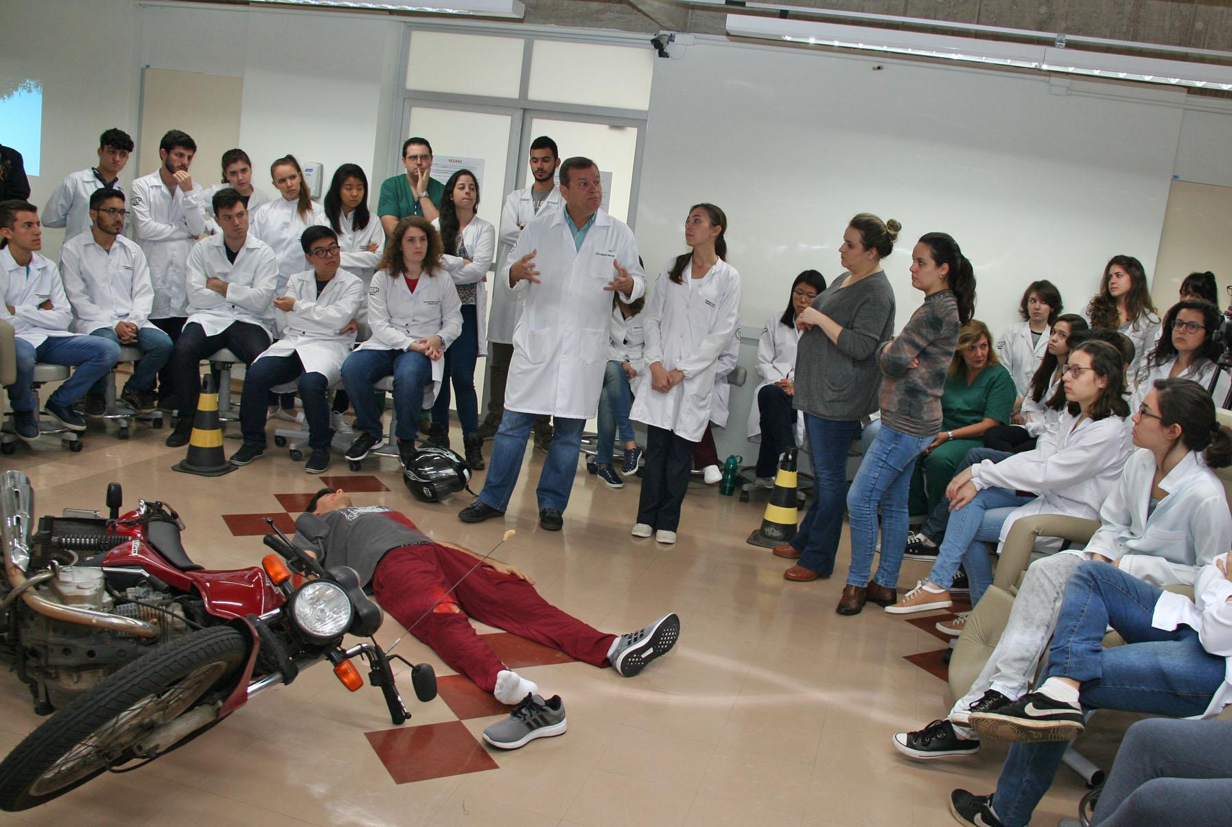 Simulação possibilita a estudantes de Medicina da USP-Bauru experiência prática já no primeiro ano