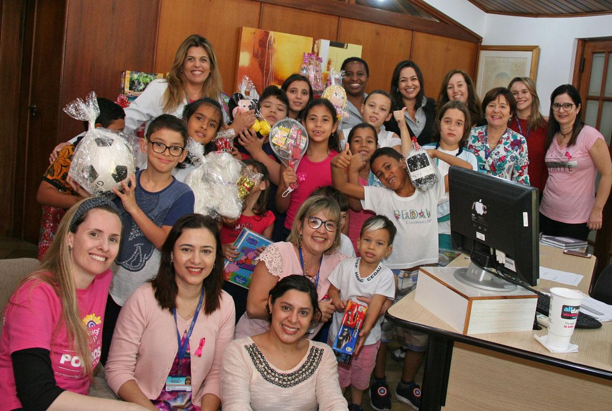 Crianças atendidas no HRAC recebem brinquedos doados pela AFPESP