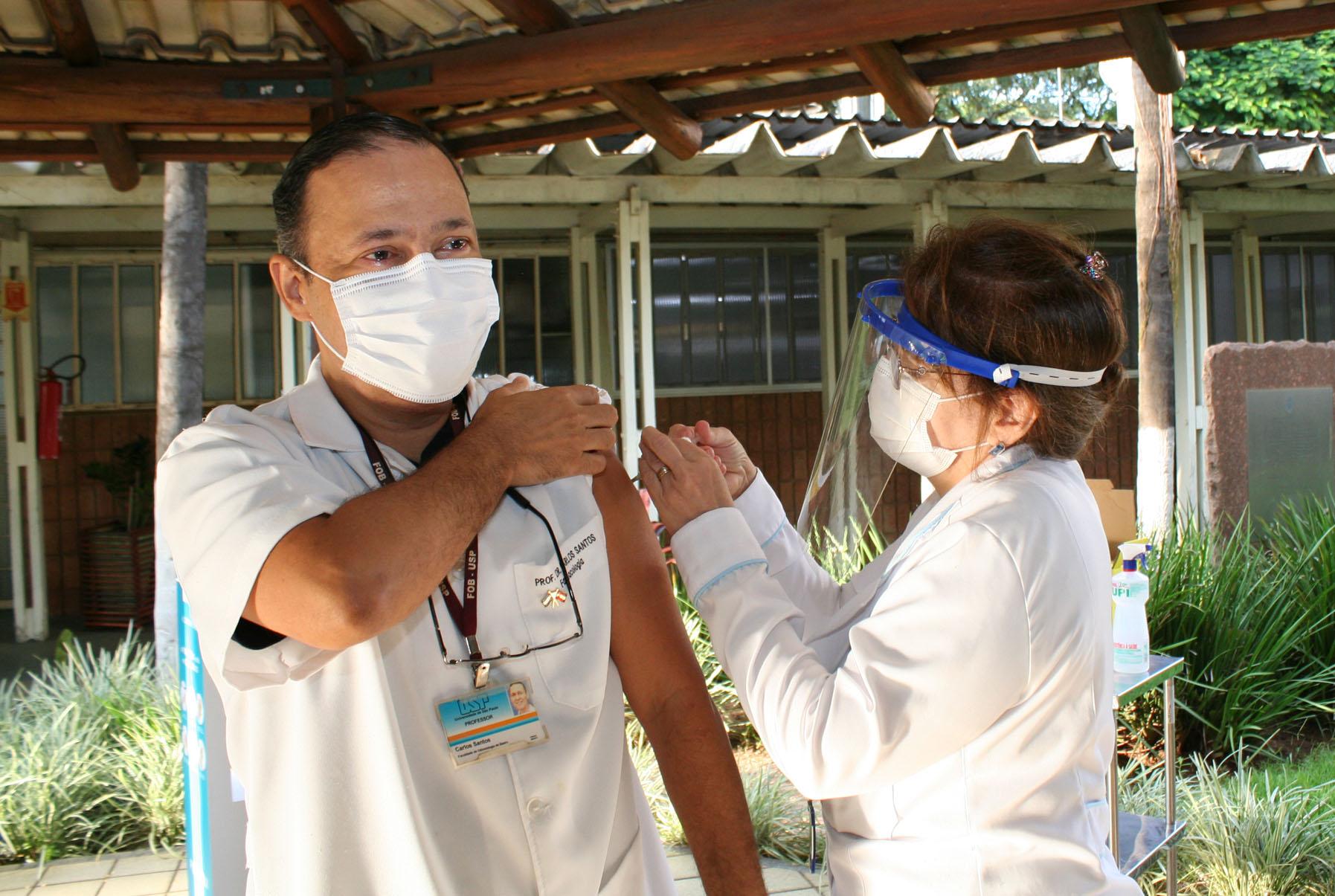 (Português do Brasil) Vacinação é iniciada no HRAC-USP e FOB-USP