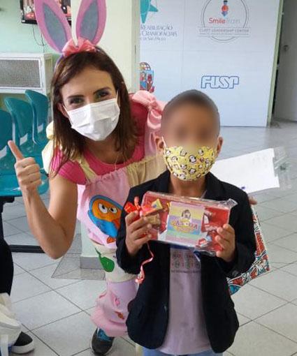 (Português do Brasil) Páscoa no HRAC-USP: Crianças recebem bombons e lembrancinhas
